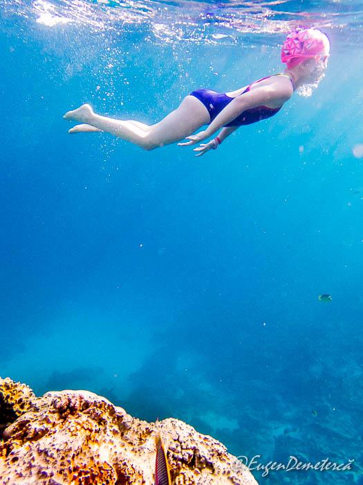 Fetita sub apa in Marea Rosie