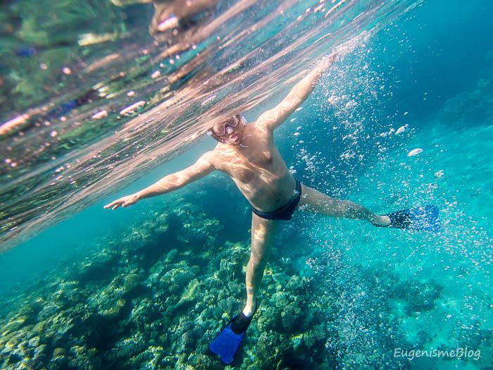 Snorkeling in Marea Rosie, vedere subacvatica, barbat cu mainile intinse