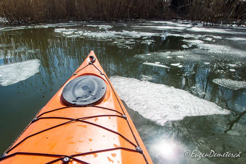 Caiac cu bucati de gheata pe Snagov - Valsând pe gheaţă, cu caiacul!