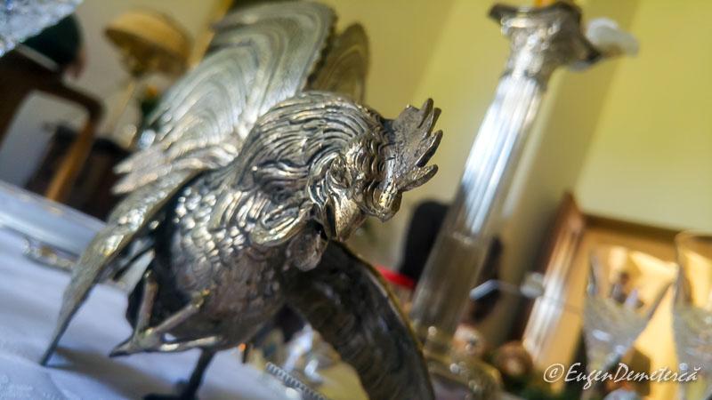 Cocos metalic pe masa regala - Paştele Regal la Săvârşin