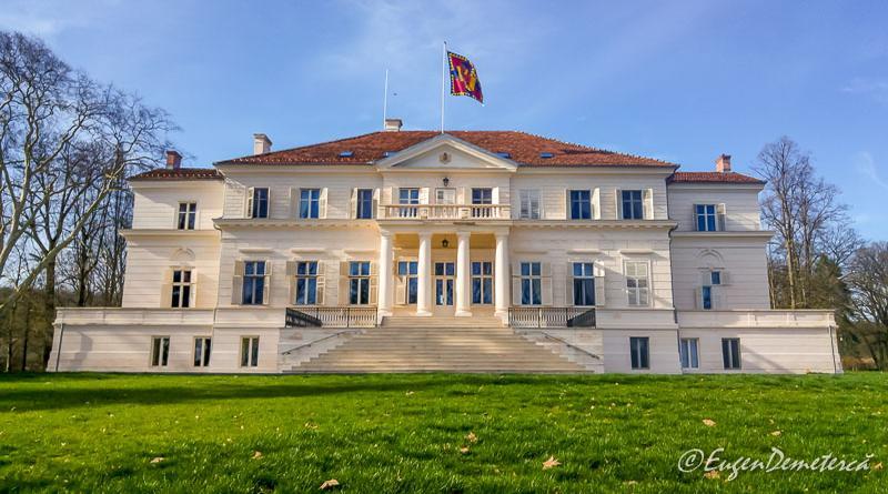 Coperta Palatul de la Savarsin cu steagul regal - Paştele Regal la Săvârşin