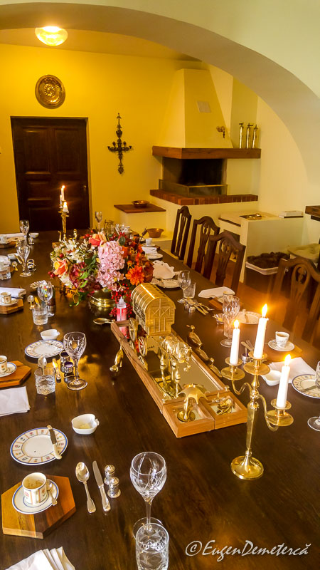 Sala de masa la castelul de la Savarsin - Paştele Regal la Săvârşin