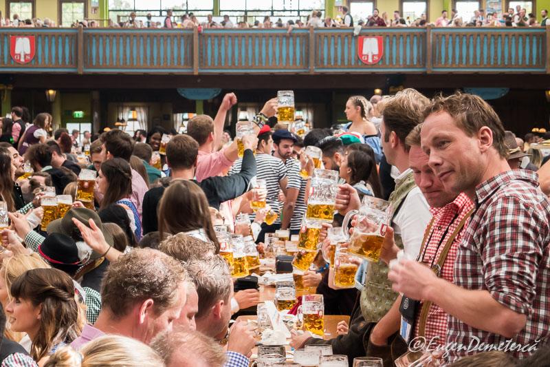 Mese pline de bere la Oktoberfest