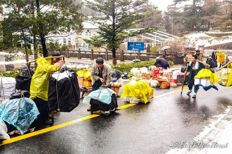 Carausi chinezi pe muntele Huangshan