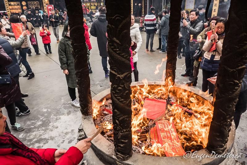 Shanghai - credinciosi arzand betisoare la Templul lui Buddha de Jad 3