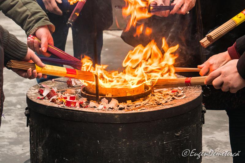 Shanghai - credinciosi arzand betisoare la Templul lui Buddha de Jad 4