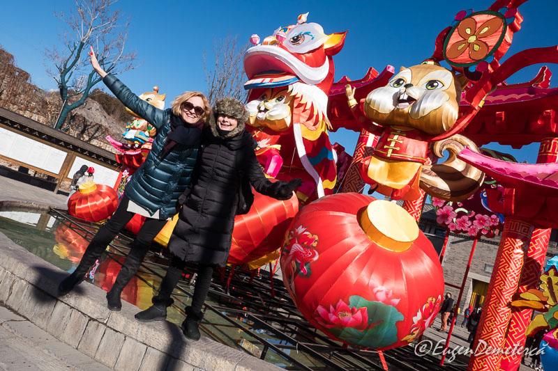 Elena si Corin printre decoratii de Revelion in Gubei