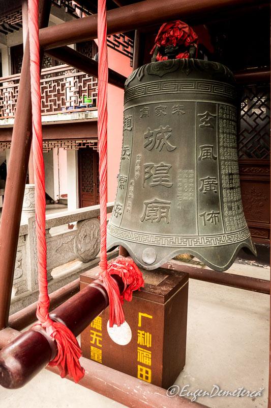 Clopot in curtea templului Yuanjin din Zhujiajiao
