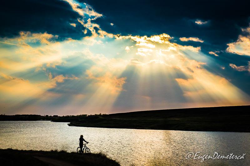Valea Iazurilor - nori cu raze, apa si bicicleta