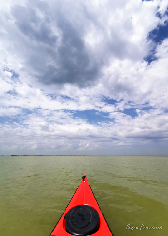 Caiac pe lacul Golovita