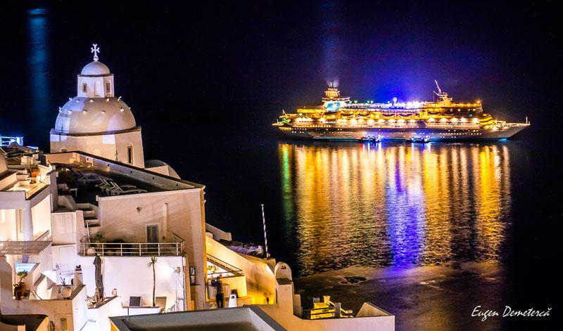Vas de croaziera noaptea in Satorini