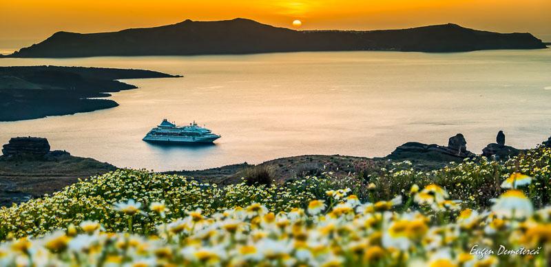 Apus cu vas de croaziera in Santorini