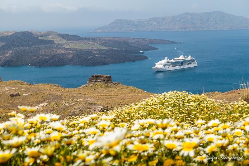 Vas de croaziera in Santorini