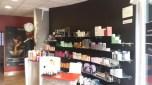 Antes. Zona de mostrador y venta de productos anterior, con la pared en color negro.