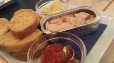 Paté de hígado de bacalao con salsa de pimientos y limón, colocadito en una lata como si fueran unos lomos de atún... espectacular
