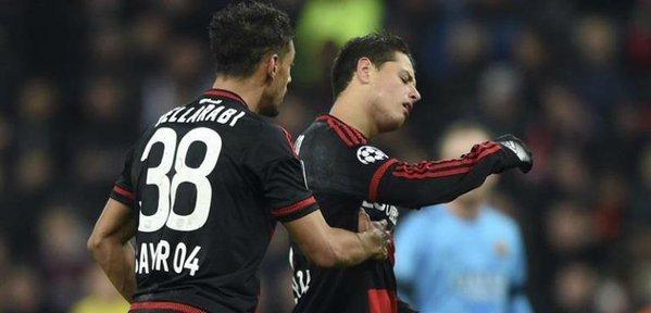 Chicharito Hernández y Bellarabi durante el partido que enfrentó a su equipo con el Fútbol Club Barcelona.