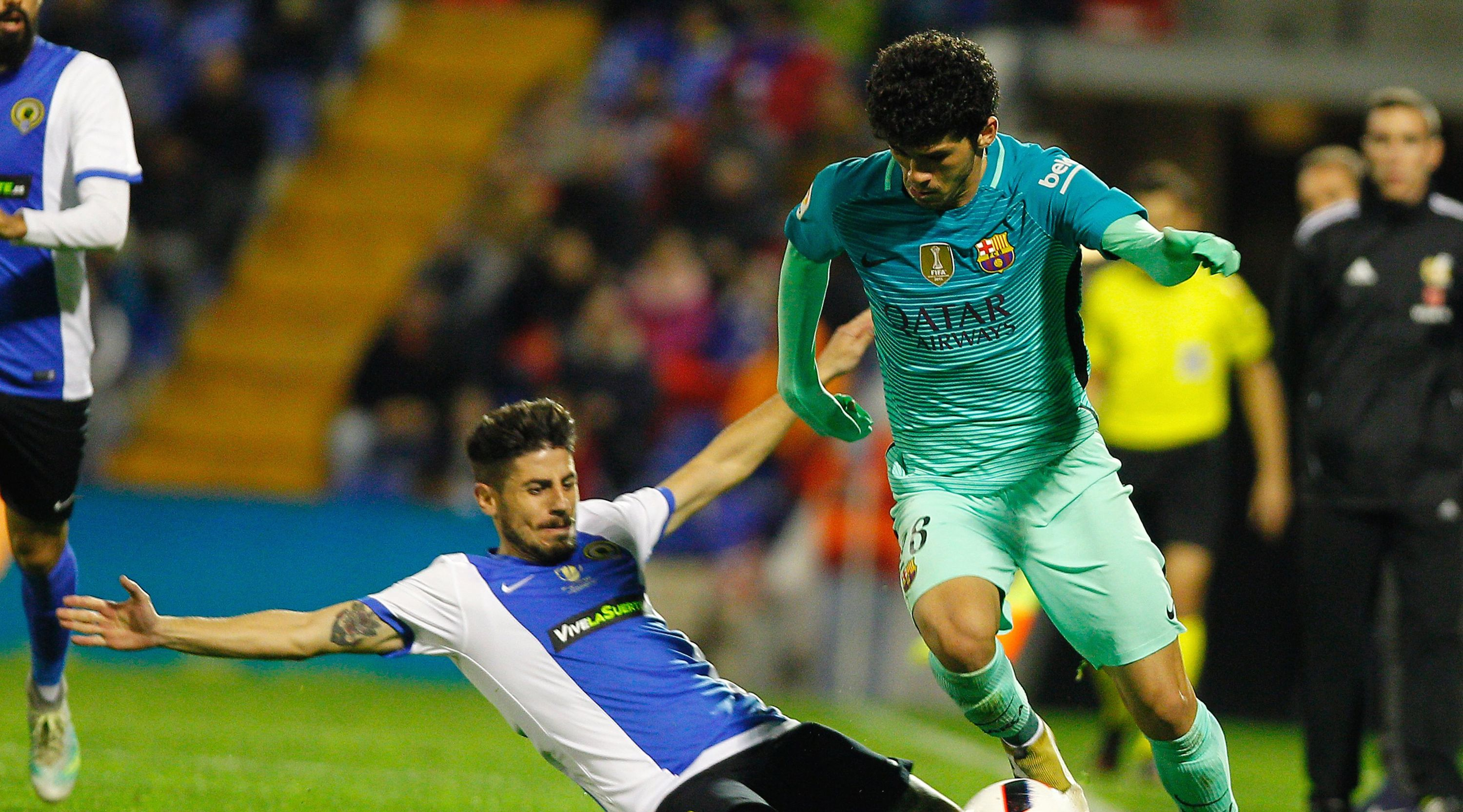Hercules' midfielder Juanma Espinosa (L) vies with Barcelona's midfielder Carles Alena during the Spanish Copa del Rey (King's Cup) round of 32 first leg football match Hercules CF vs FC Barcelona at the Estadio Jose Rico Perez in Alicante on November 30, 2016. / AFP / JOSE JORDAN (Photo credit should read JOSE JORDAN/AFP/Getty Images)