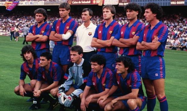 Johan Cruyff rodeado de diez de las caras nuevas que presentó el Barça en su primera temporada en el banquillo azulgrana. <strong>Arriba:</strong> López Rekarte, Salinas, Soler, Hierro y Serna. <strong>Abajo:</strong> Bakero, Valverde, Unzué, Eusebio y Begiristain.