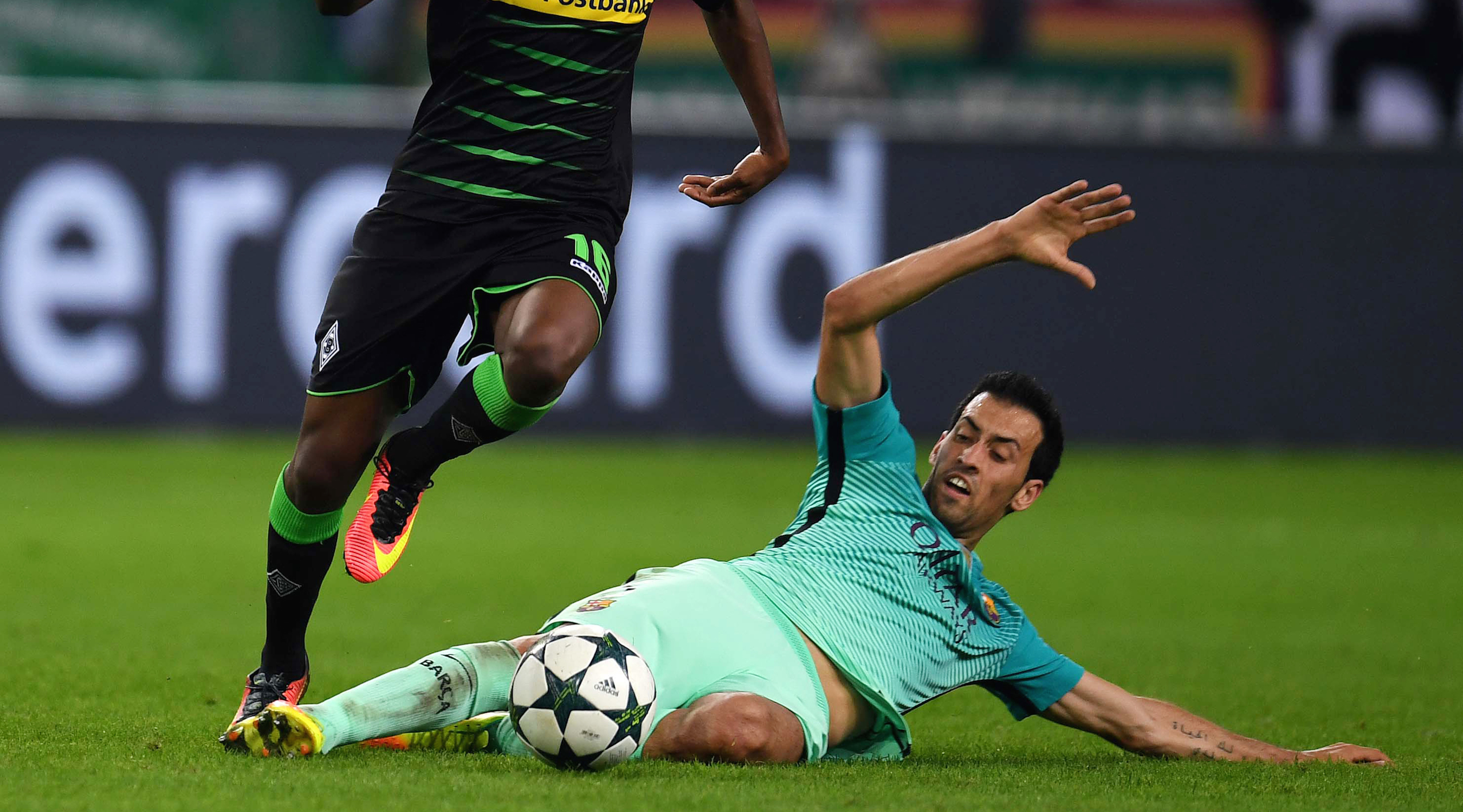 Moenchengladbach's Guinean midfielder Ibrahima Traore and Barcelona's midfielder Sergio Busquets vie for the ball during the UEFA Champions League first-leg group C football match between Borussia Moenchengladbach and FC Barcelona at the Borussia Park in Moenchengladbach, western Germany on September 28, 2016. / AFP / PATRIK STOLLARZ (Photo credit should read PATRIK STOLLARZ/AFP/Getty Images)