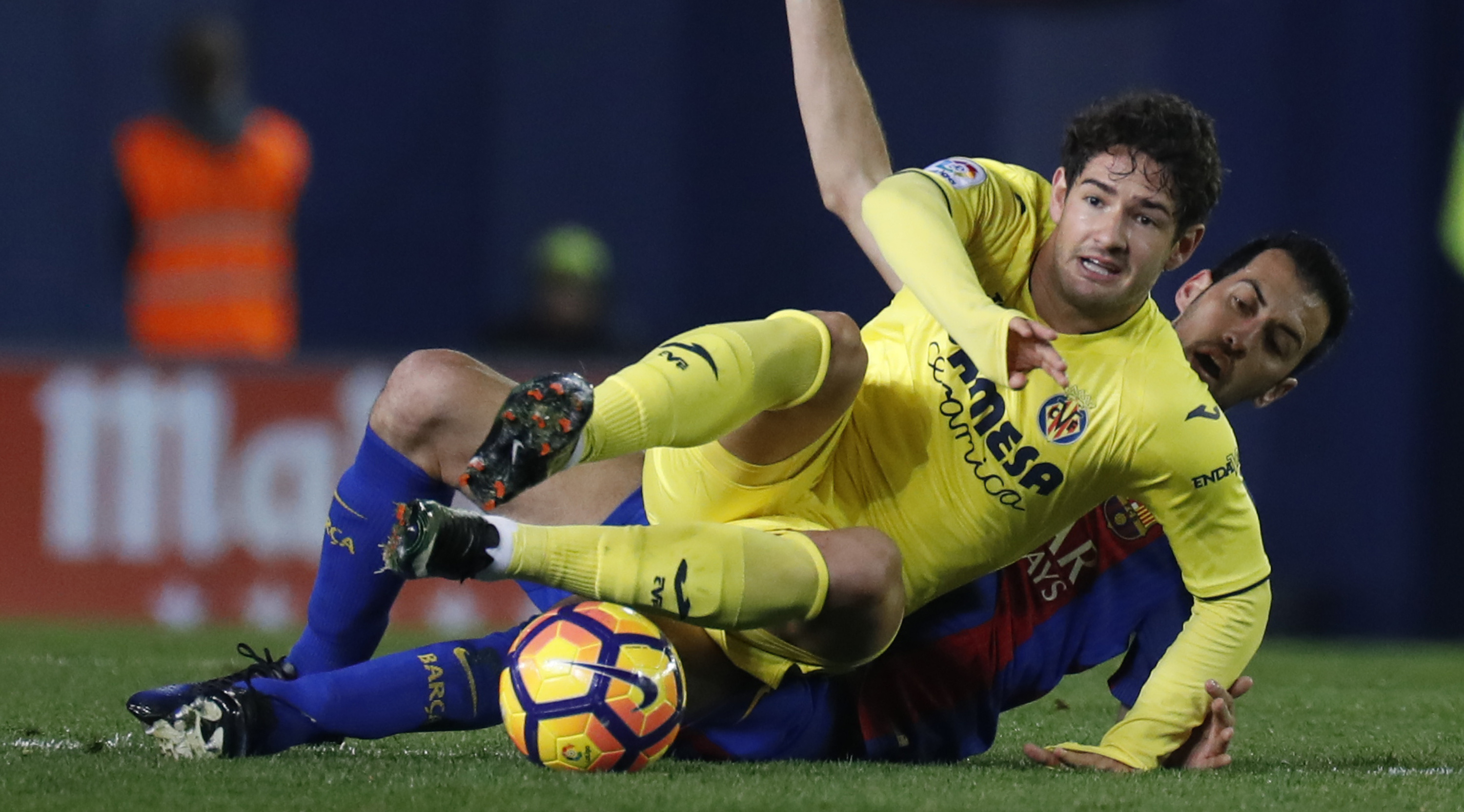 "Villarreal's Brazilian forward Alexandre Rodrigues ""Pato"" (L) vies with Barcelona's midfielder Sergio Busquets during the Spanish league football match Villarreal CF vs FC Barcelona at El Madrigal stadium in Vila-real on January 8, 2017. / AFP / JOSE JORDAN (Photo credit should read JOSE JORDAN/AFP/Getty Images)"