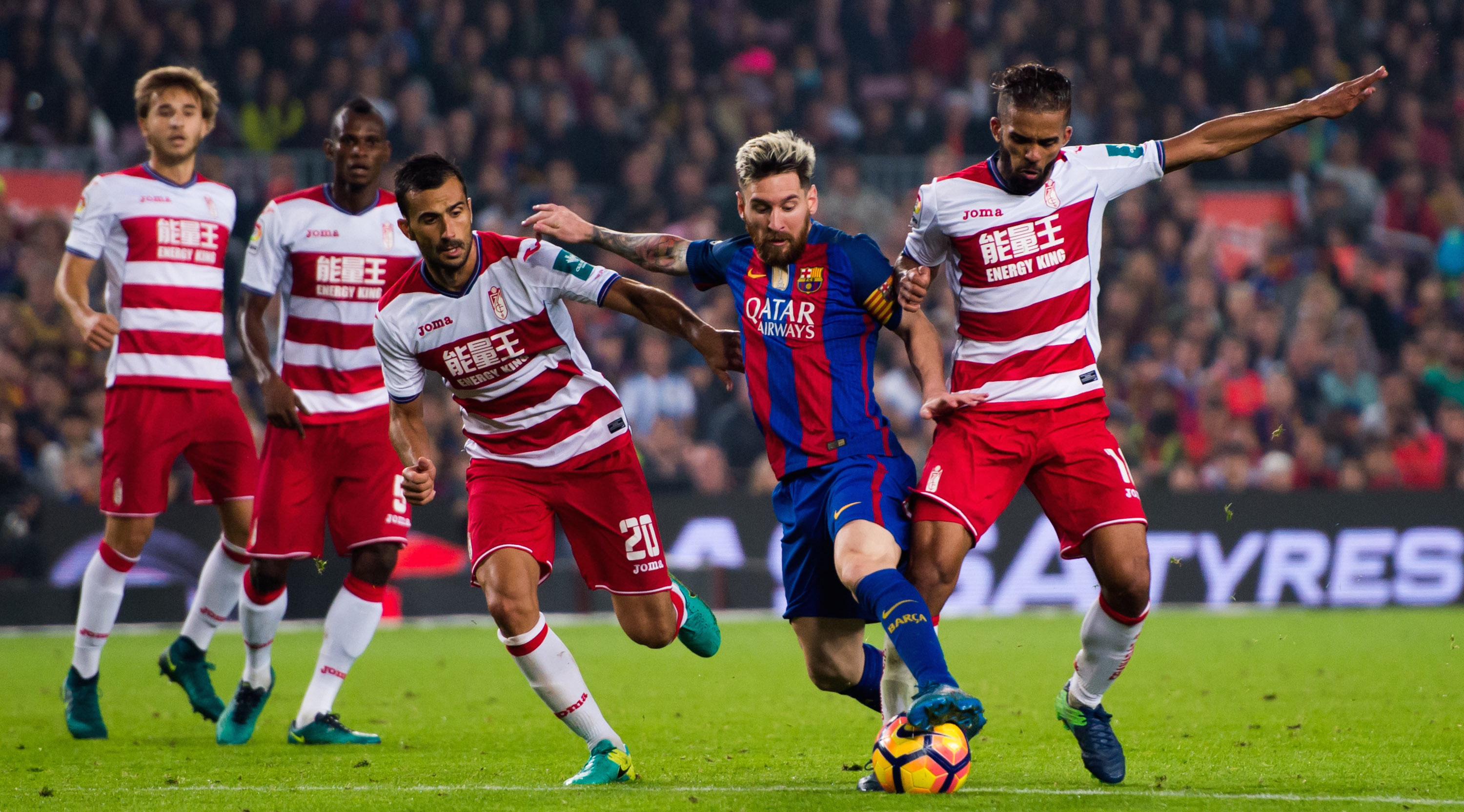BARCELONA, SPAIN - OCTOBER 29: Lionel Messi (2nd R) of FC Barcelona fights for the ball with Mehdi Carcela-Gonzalez (R) and Matthieu Saunier (3rd R) of Granada CF during the La Liga match between FC Barcelona and Granada CF at Camp Nou stadium on October 29, 2016 in Barcelona, Spain. (Photo by Alex Caparros/Getty Images)