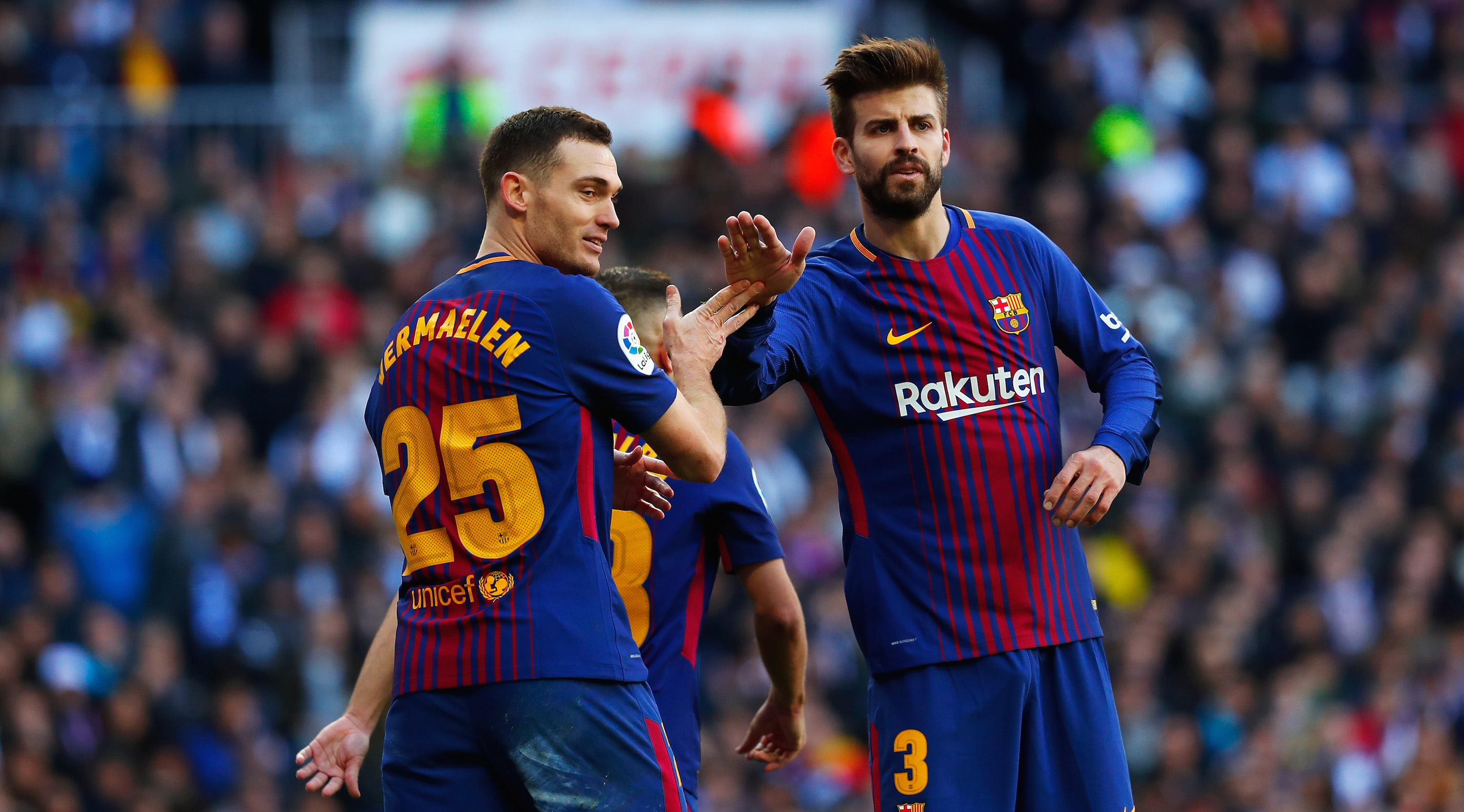 Thomas Vermaelen of Barcelona speaks to teammate Gerard Pique during the La Liga match between Real Madrid and Barcelona at Estadio Santiago Bernabeu on December 23, 2017 in Madrid, Spain. (Photo by Gonzalo Arroyo Moreno/Getty Images)