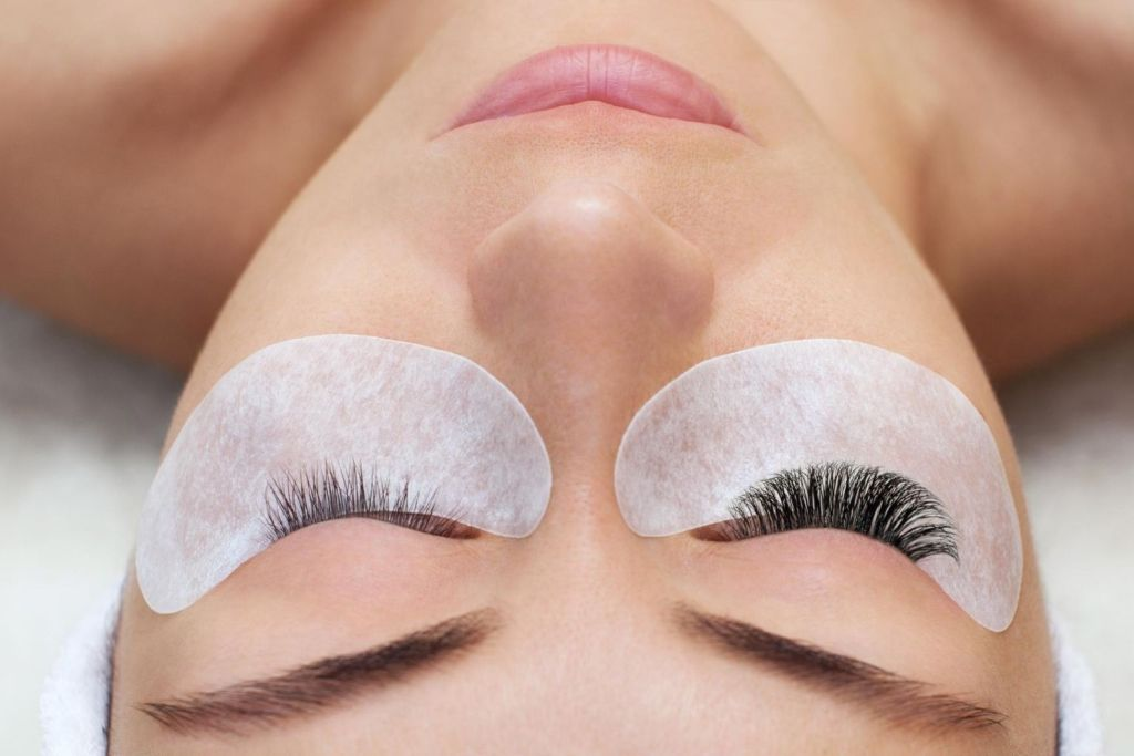 women getting lash extensions