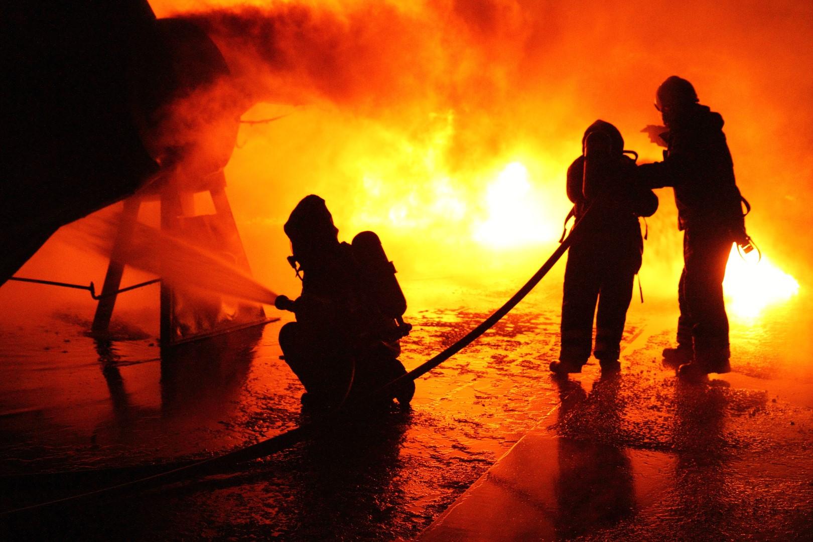 Foto: Svenske brandmænd forsøger at slukke ilden i indvandrerkvarter