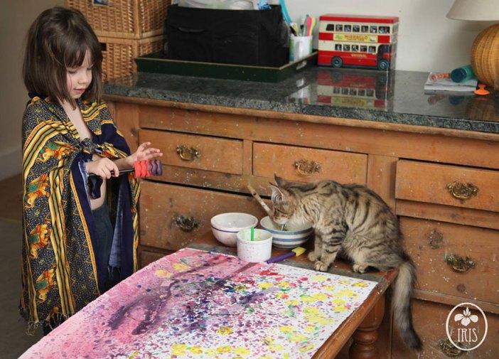 絵を描いている少女と猫