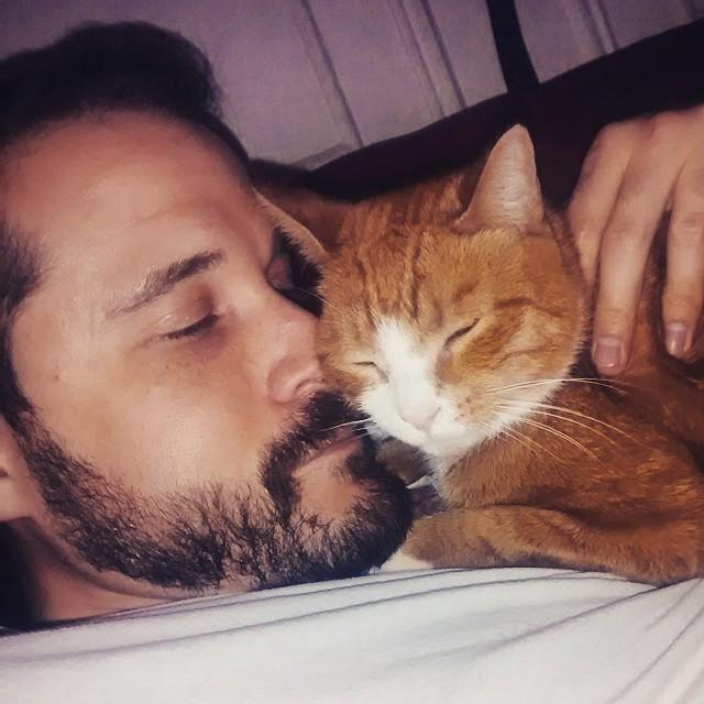 幸せそうな猫と男性