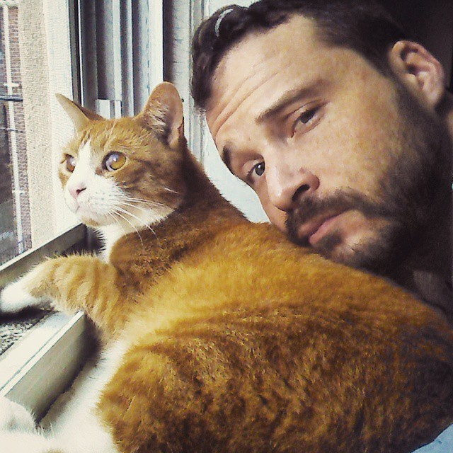 ポーズを決める猫と男性