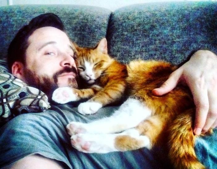 くつろぐ猫と飼い主さん