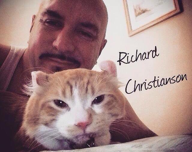 仲良しな猫と強面な男性