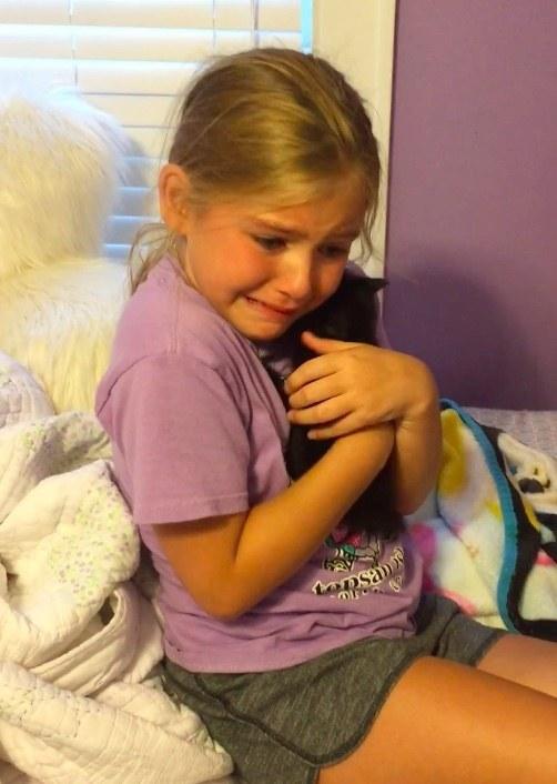 子猫をギュッとする少女