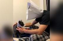 エリザベスカラーを装着する男性と猫