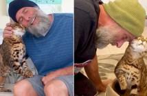 仲良しな男性と猫
