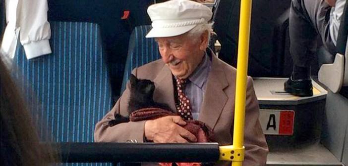 猫を抱っこするおじいちゃん