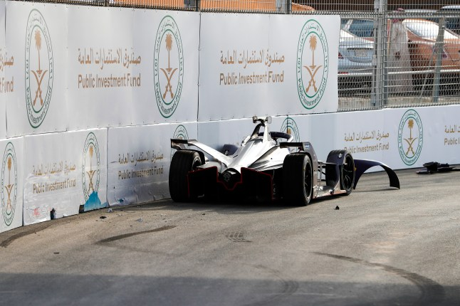 RIYADH STREET CIRCUIT, SAUDI ARABIA - NOVEMBER 23: Sam Bird (GBR), Envision Virgin Racing, Audi e-tron FE06, car after crashing during the Diriyah E-prix II at Riyadh Street Circuit on November 23, 2019 in Riyadh Street Circuit, Saudi Arabia. (Photo by Zak Mauger / LAT Images)
