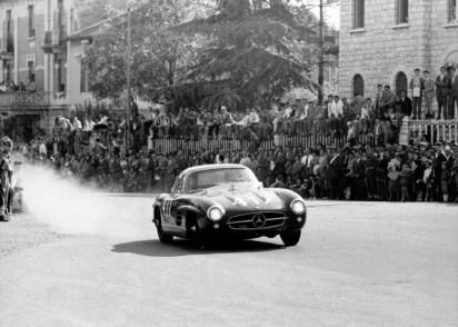 """John Cooper Fitch und Kurt Gessl (Startnummer 417) erringen auf Mercedes-Benz 300 SL """"Gullwing"""" (W 198) den Klassensieg und Platz 5 in der Gesamtwertung bei der Mille Miglia 1955. John Cooper Fitch and Kurt Gessl (start number 417) achieved the class victory in a Mercedes-Benz 300 SL """"Gullwing"""" (W 198) as well as fifth place in the overall classification at the 1955 Mille Miglia."""