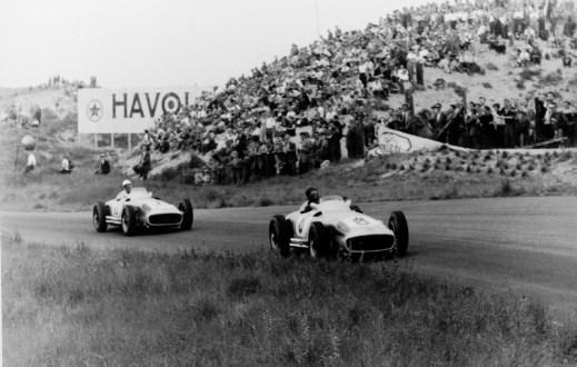 Großer Preis von Holland in Zandvoort am 19. Juni 1955. Sieger Juan Manuel Fangio (Startnummer 8), gefolgt von Stirling Moss auf (Startnummer 10), beide auf Mercedes-Benz Formel-1-Rennwagen W 196 R. Dutch Grand Prix in Zandvoort on 19 June 1955. Winner Juan Manuel Fangio (start number 8), followed by Stirling Moss (start number 10), both in Mercedes-Benz Formula One racing cars W 196 R.