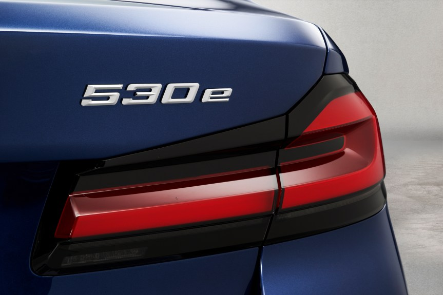 P90389040_highRes_the-new-bmw-530e-xdr