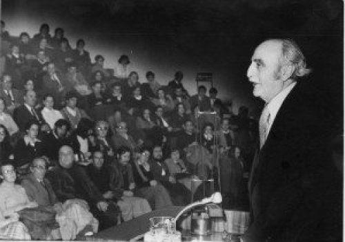 Conferencia de Francisco Ayala en el auditórium del Banco de Granada. 2 de febrero de 1977. (Foto. Torres Molina)