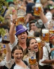 Любители пива празднуют Октоберфест