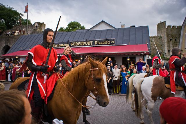 Воины, маги и музыканты проводят Неделю Средневековья в Швеции