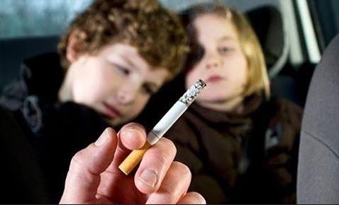 Латвия запретит курить при детях