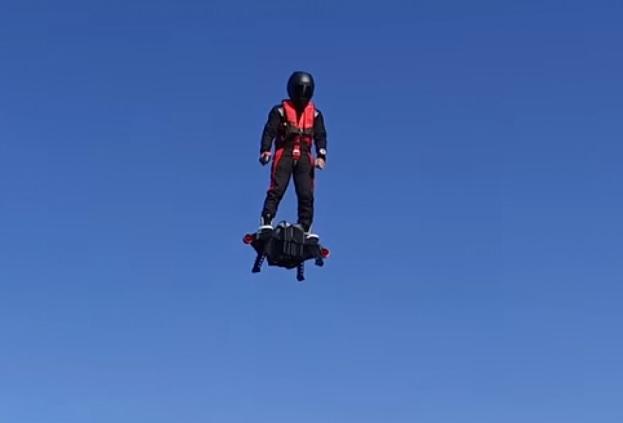Француз придумал летающую доску на реактивной тяге