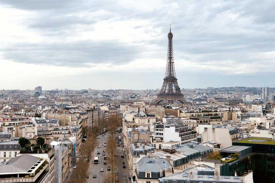 В Париже появится дорожное покрытие, которое сделает улицы тише и прохладнее