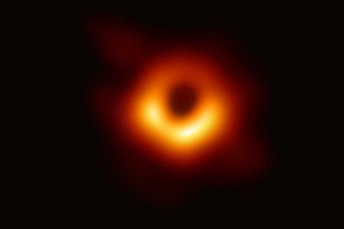 Как впервые сделали «фотографию» черной дыры?