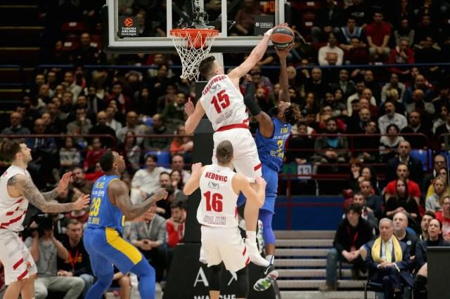 Il ritorno prepotente di Kaleb Tarczewski e l'energia di Brooks: l'Olimpia Milano ribalta il Maccabi