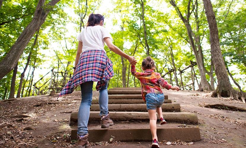 mãe e filha no parque